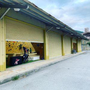 沖縄県で最大級のボルダリングジムBANJATのクライミングウォール